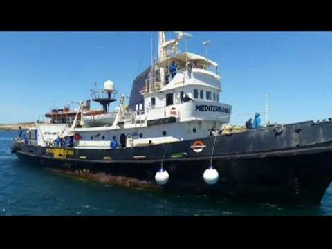إيطاليا تصادر قارب منظمة خيرية بعد السماح له بالرسو بمن عليه من لاجئين…