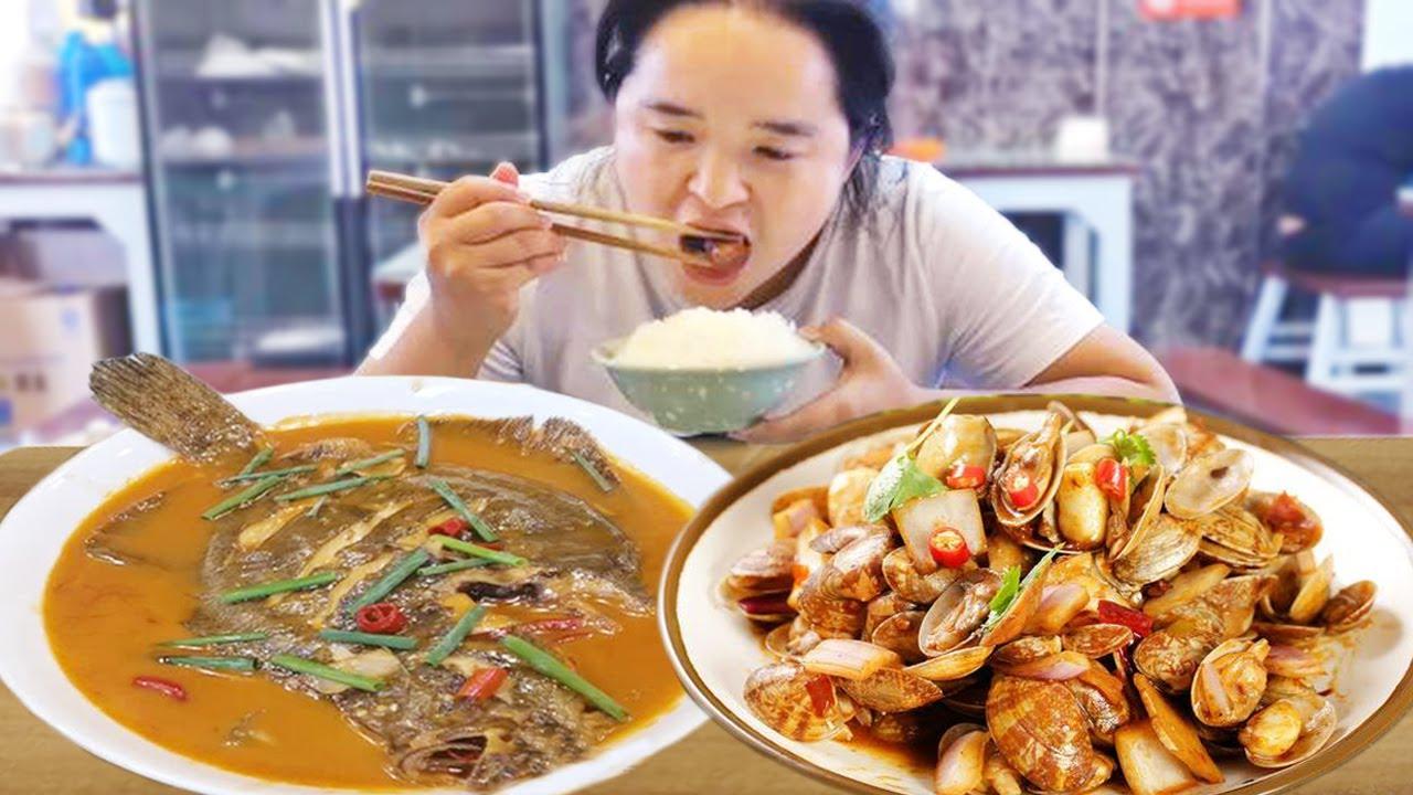 苗大姐爬南长城,点上10个菜吃光盘,这里的农村太豪了【苗阿朵美食】