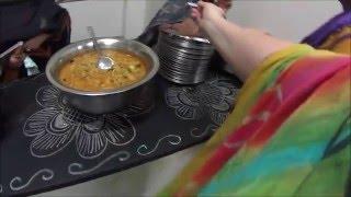 Южно индийская столовая ашрама Саи Бабы вечером.  Еда без ограничений за 10 рупий
