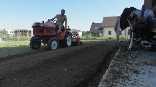 Przygotowanie działki pod trawnik. Traktor ogrodowy Kubota z glebogryzarką prawie separacyjną