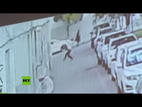 Salva a un bebé que cae de un quinto piso y lo salva en el último segundo colocándose debajo