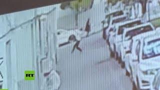 Video: HOMBRE vió a un bebé cayendo desde un 5º piso y lo salvó