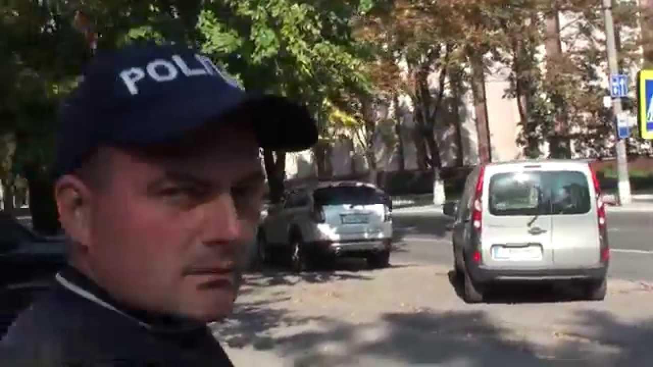 E angajat al poliției rutiere și se comportă ca un mafiot