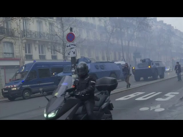 riot-police-advance-on-paris-protesters