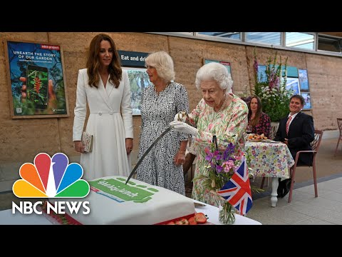 Queen-Insists-On-Using-A-Sword-To-Cut-Cake-At-Meeting-Of-G-7-Leaders