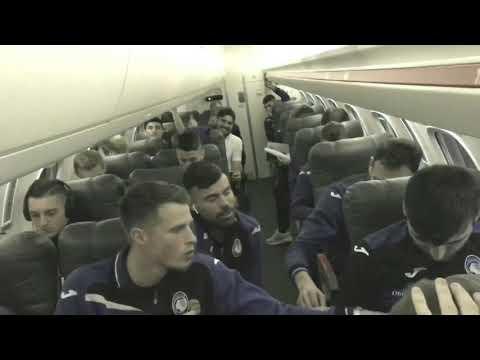 L'abbraccio dei tifosi alla squadra di rientro da Napoli