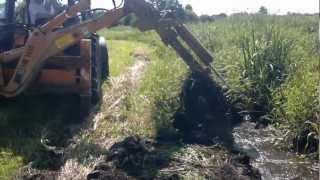 Odmulanie rowu Koparka podpinana do ciągnika . HB 14 50. Kopanie rowu.