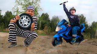 Полицейский поймал ВОРИШКУ. Малыш играет в профессию Полицейского