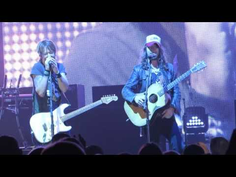 "Keith Urban ""Raise 'Em Up"" (feat. Jaren Johnston Of The Cadillac 3) Live @ The Borgata Event Center"