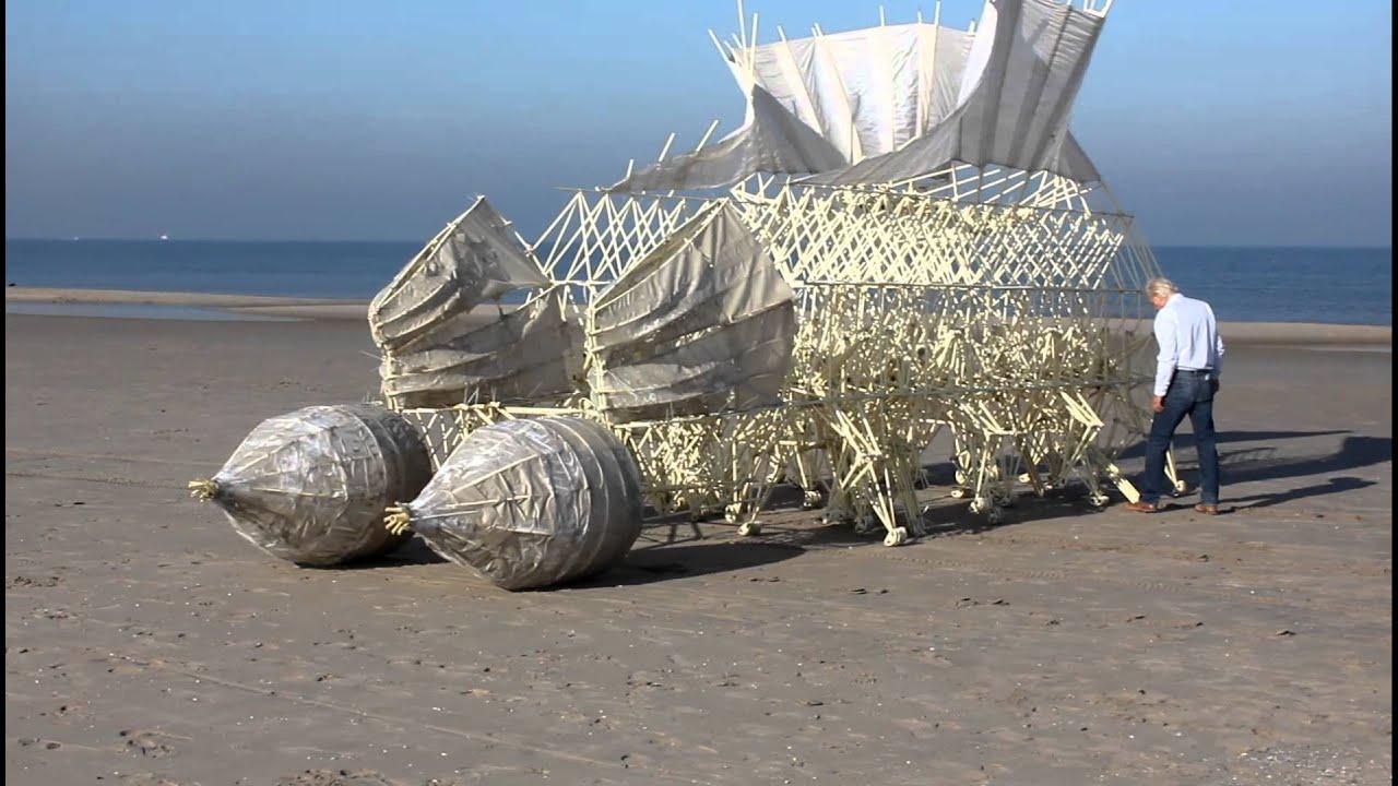 Strandbeest: Air-driven creature on Scheveningen beach