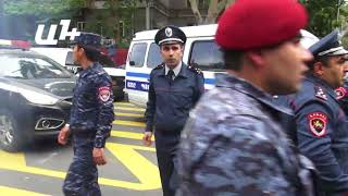 Մաշտոցի պողոտայում թեժ էր.ոստիկանները բերման են ենթարկում ակցիայի մասնակիցներին