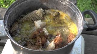 ニホンミツバチの蜜蝋を作りました。 あまり慣れていないのですが、今回...