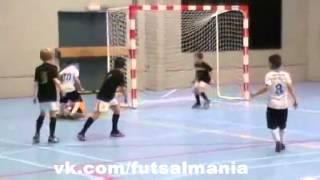Юный талант - футзал мини-футбол futsal skills goal tricks(Больше интересных фото и видео о футболе, футзале и пляжном футболе вы найдете в нашей группе - vk.com/futsalmania..., 2014-10-05T11:53:17.000Z)