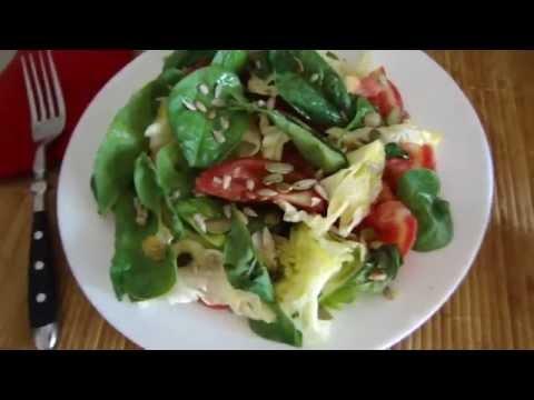 Овощной салат со шпинатом, айсбергом и семечками