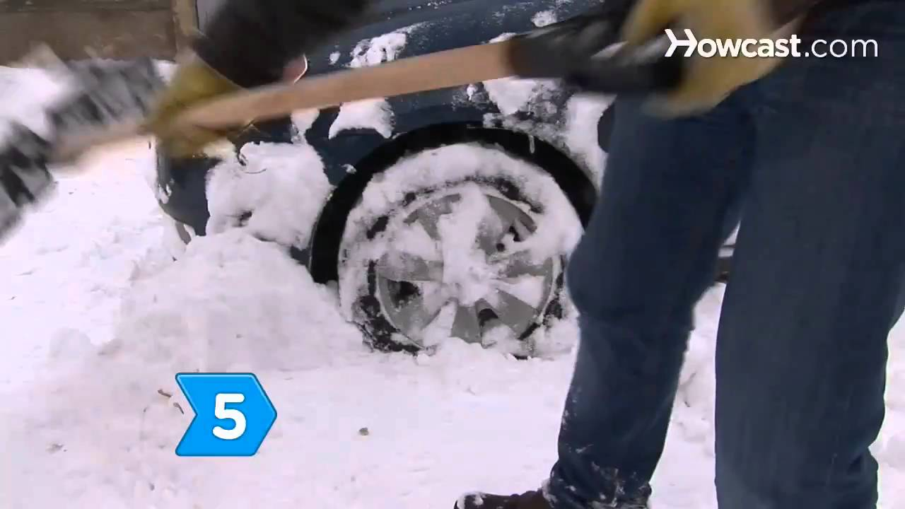 Working Together To Dig Out Cars From Snow (PHOTOS)