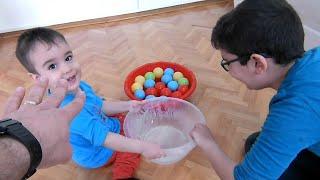 Su İçindeki Renkli Toplarla Oynuyoruz. Eğlenceli Çocuk Videosu
