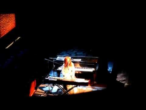 Tori Amos - Frozen ( Madonna cover) Concertgebouw Amsterdam 2014