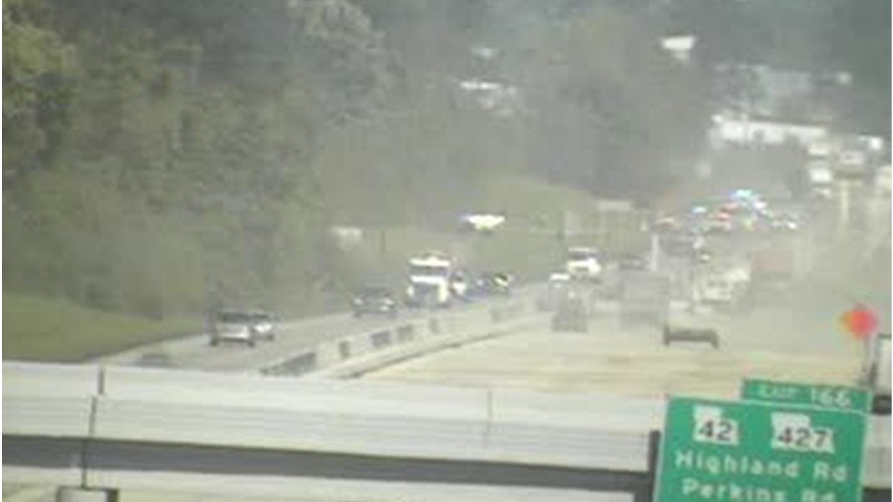 Small plane crash lands on I-10 in Baton Rouge area