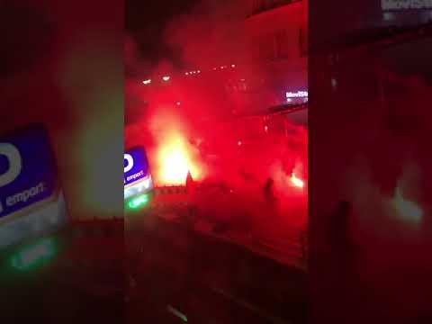 León vive una noche de protestas contra el toque de queda