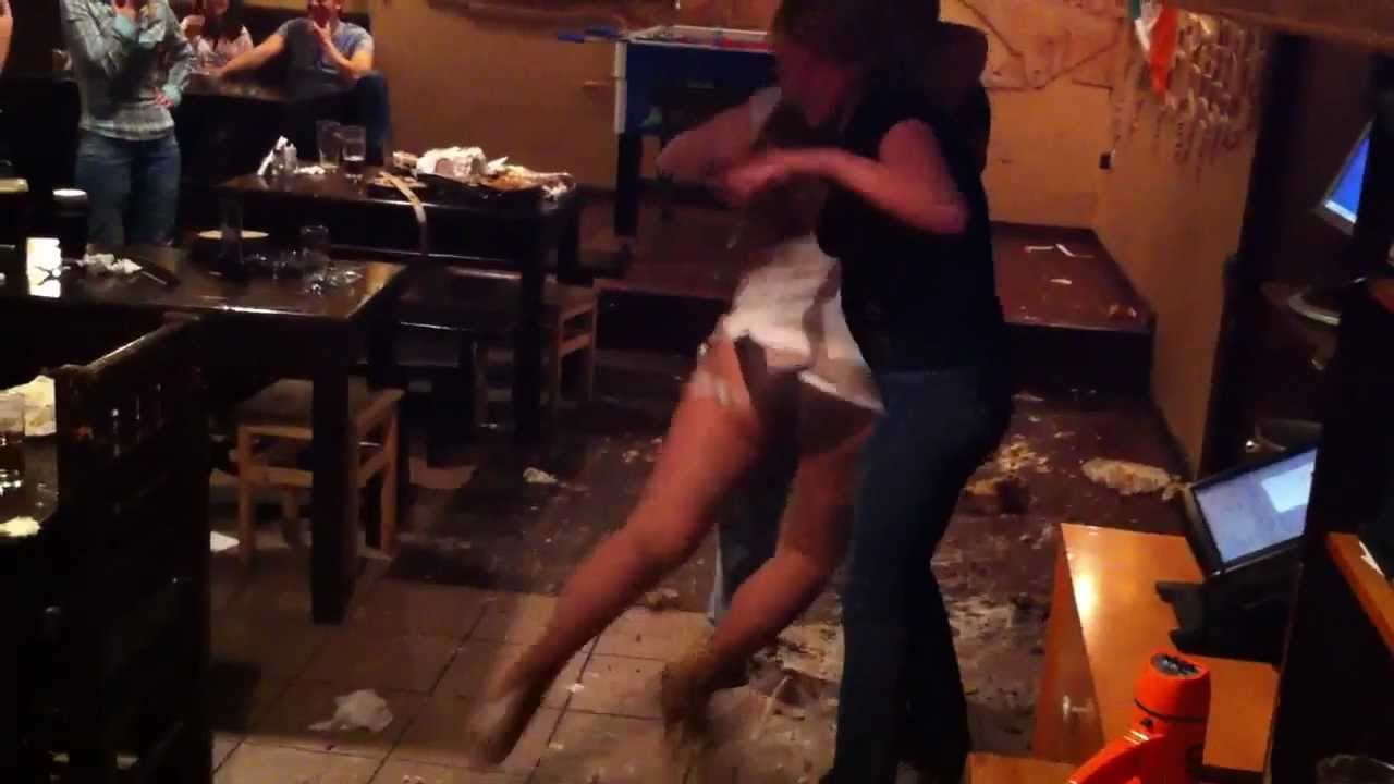 Пьяную жену сняли в кафе 1