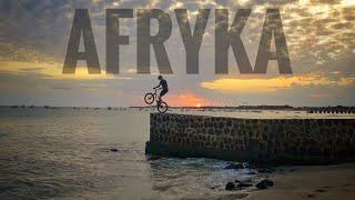 Się skacze rowerem w Afryce