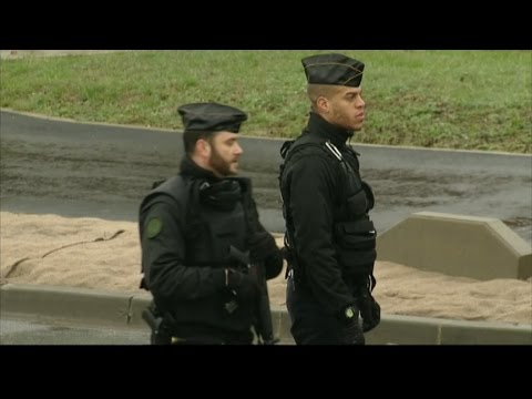 Paris gunmen standoff