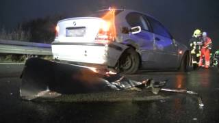 Bei einem tragischen unfall auf der a72 nahe autobahnauffahrt zwickau-ost ist am sonntagmittag eine frau ums leben gekommen. im rückstau kam es noch zu e...