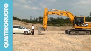 Toyota Yaris vs Komatsu HB215LC-1: la sfida è ibrida