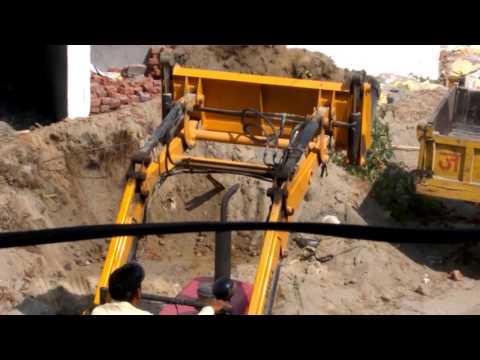 HOW JCB TRACTOR WORKING   filling trolley with waste muddy rocks -- TRACTOR CUM JCB(indianजुगाड़)