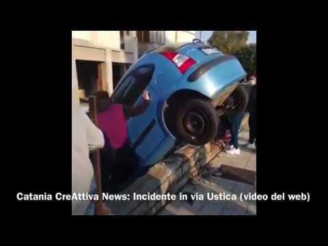 Incredibile incidente in via Ustica a Catania - auto sfonda un muretto