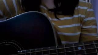 Chàng trai mặc áo xanh guitar cover