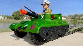 سينيا كرجل عسكري يقود دبابة ويلعب مع أبي