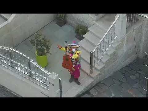 O Grove revive el carnaval en los balcones