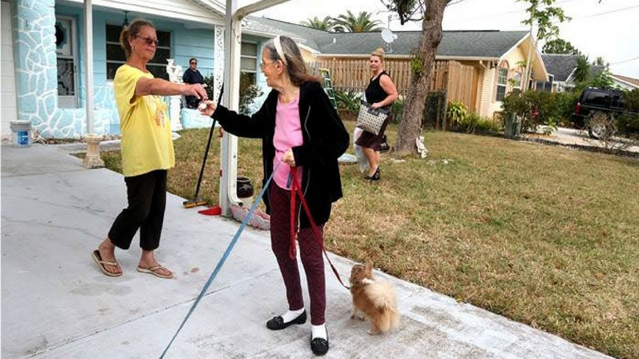 A woman recognizing that an elderly neighbor did not clean and did not wash 13 years changed her life
