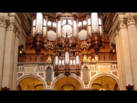 Играет орган