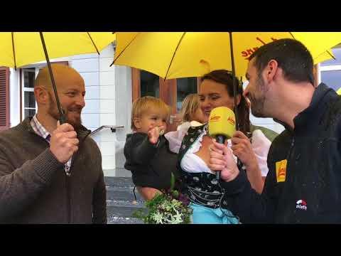 ANTENNE VORARLBERG bringt Schirme für das Brautpaar nach Schruns