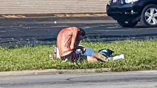 Obdachloser sitzt 3 Jahre lang an der gleichen Stelle. Bis eine Frau sein Leben für immer verändert!