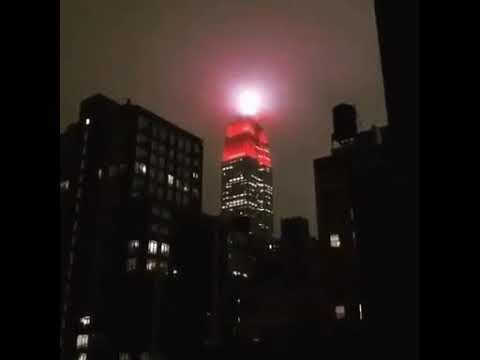 В Нью-Йорке здание Эмпайр-стейт-билдинг подсветили цветами скорой помощи.