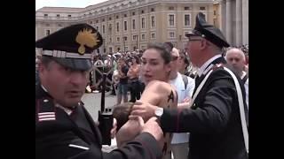 Attivista FEMEN allatta bimbo in Vaticano e viene fermata dalla polizia