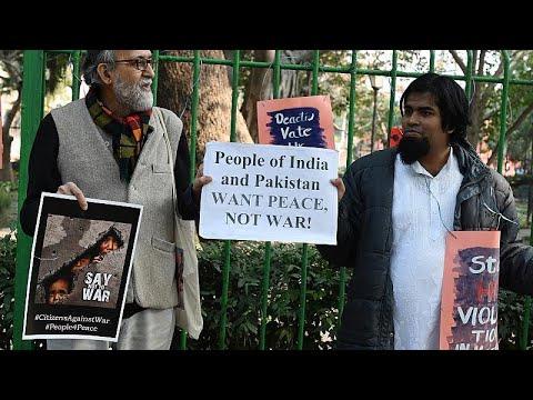شاهد: مئات المتظاهرين في نيودلهي يقولون -لا للحرب مع باكستان-…