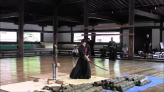 ひたすら藁やら竹やらを斬り続ける動画です。 それぞれに個性や実力が異...