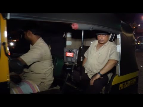 Piyush Mishra spotted going in an auto from Big B's birthday bash; Watch Video |Filmibeat