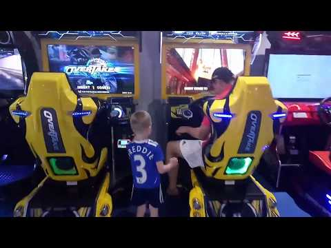 Детский канал. Развлекательный центр Галактика. Игровые Автоматы - Нереальные гонки.