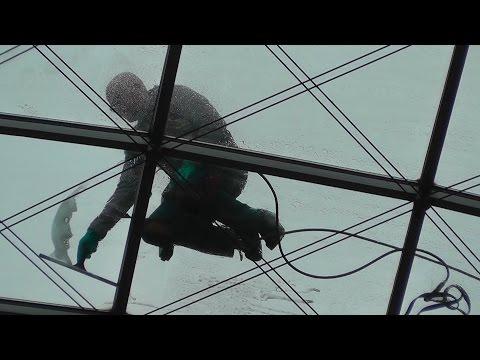 In 27 Meter Höhe - Fensterputzer steigen dem WTC Dresden aufs Dach
