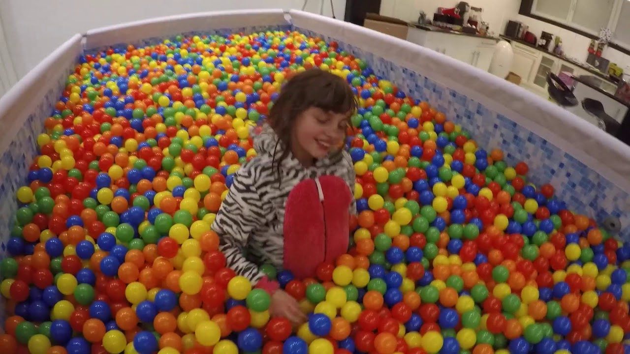 Video De Demain Une Piscine De 50000 Balles Studio Bubble Tea