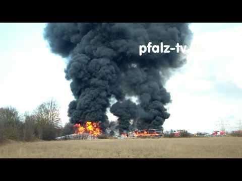 Inferno auf der Autobahn A 61 , ein Tanklastwagen explodiert, dabei verbrennen zwei weitere LKW