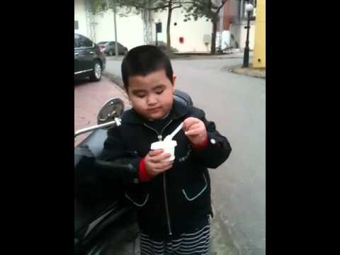 ngộ nghĩnh bé mập và hộp sữa chua