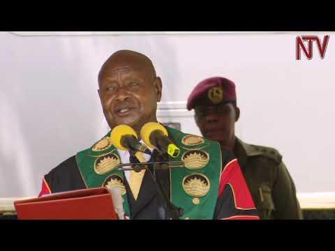 Museveni agugumbudde abasomesa ku matikkira e Makerere