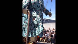 Royal de Luxe : Grand  mère marche