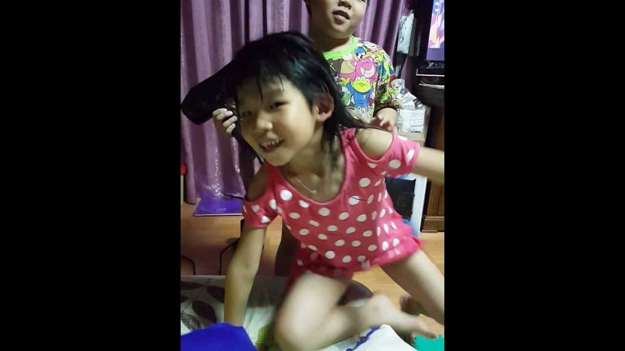 哥哥幫妹妹吹頭髮專業